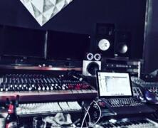 Dan maar de studio in